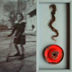 Bernd Straub-Molitor – o.T., 40 x 40 x 3 cm, Material-Montage und Pigmentdruck auf Holz im Objektkasten, 2010