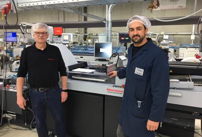 Friedhelm Pfeiffer, Produktleiter Falzen bei Horizon (links im Bild), zusammen mit Daniel Moreno, Teamleiter Outsert Produktion bei der August Faller GmbH & Co. KG.