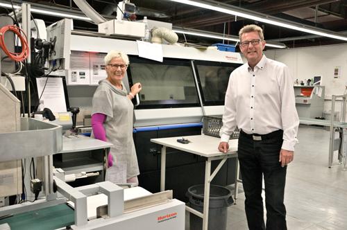 Birgit Dornbusch, Betriebsleiterin von Fujifilm in Willich, freut sich gemeinsam mit Horizon Gebietsleiter Fred Zühlke über die Zuverlässigkeit des Klebebinders BQ-480.