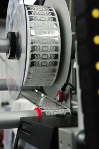 Fotobuch-Liebhaber mögen keine sichtbaren Barcodes: Fujifilm identifiziert die Produkte mit RFID-Chips, die zwischen Vorsatzpapier und Cover eingeklebt und von außen nicht sichtbar sind.