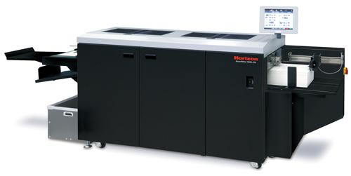 Der SmartSlitter vereint gleich drei Arbeitsschritte in einer kompakten Maschine: Schneiden, Rillen und Perforieren.
