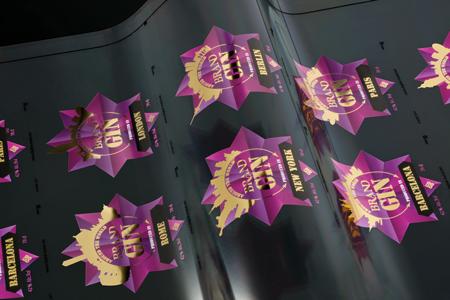 Mit dem DM-Liner UV-Ink realisierte länderspezifische Etikettenvarianten in Metalloptik (Foto: Kurz)