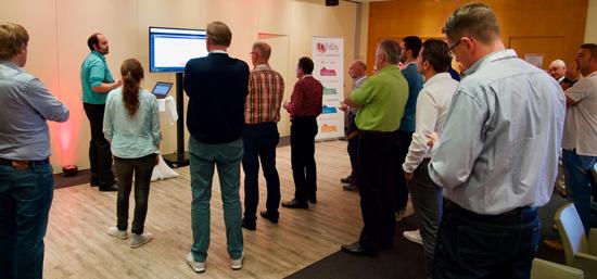 Marcus Silber zeigte in einer Live-Demo, wie schnell und einfach die Arbeitsvorbereitung mit dem Expertensystem des neuen Obility-PRINTMANAGERs Angebotspreise für Druckerzeugnisse kalkuliert und die optimalen Wege durch Produktionsprozesse ermittelt.