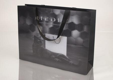 Tragbarer Blickfang: RIEDLE LongLife® mit innovativem 3D-Lentikularpanel <br />Foto: ©BAGS BY RIEDLE